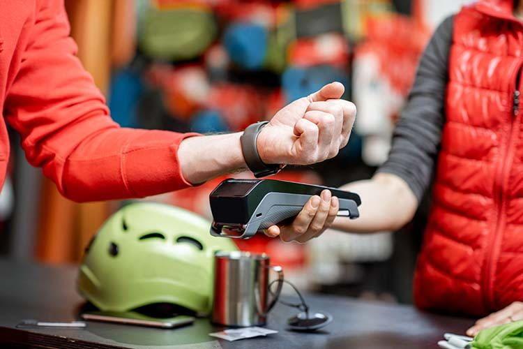 Wer mit der Smartwatch bezahlt muss keinen schweren Geldbeutel mehr mitnehmen