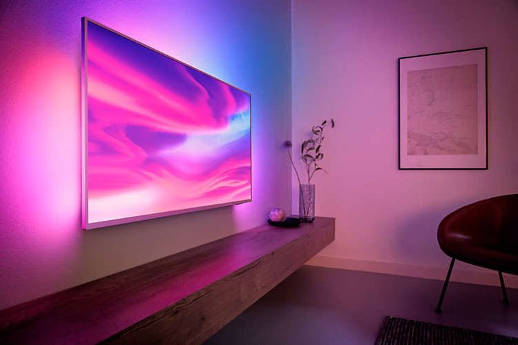 Dank Ambilight-Funktionen scheinen die Farben des Fernsehbilds beim Philips 55 Zoll TV 55PUS7304/12 aus dem Rahmen zu laufen