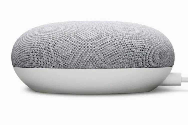 Optisch gleicht Nest Mini seinem Vorgänger Google Home Mini, technisch bietet die neue Generation verbesserten Sound und einen KI-Chip