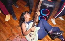 An die JBL Partybox 300 lässt sich alternativ ein Mikrofon oder sogar eine Gitarre anschließen
